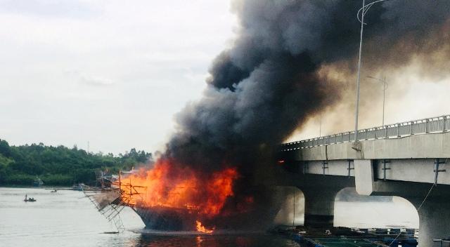 Quảng Ngãi: Cháy tàu câu mực, thiệt hại trên 3 tỷ đồng